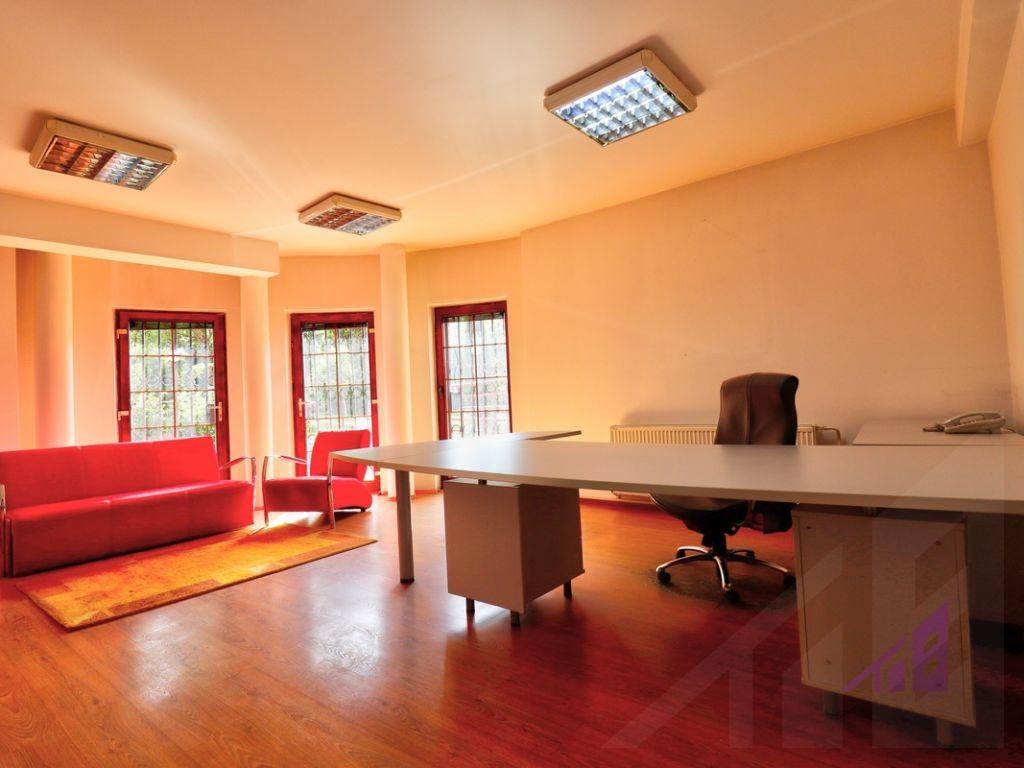 Zyre me 11 hapsira pune ne Qender