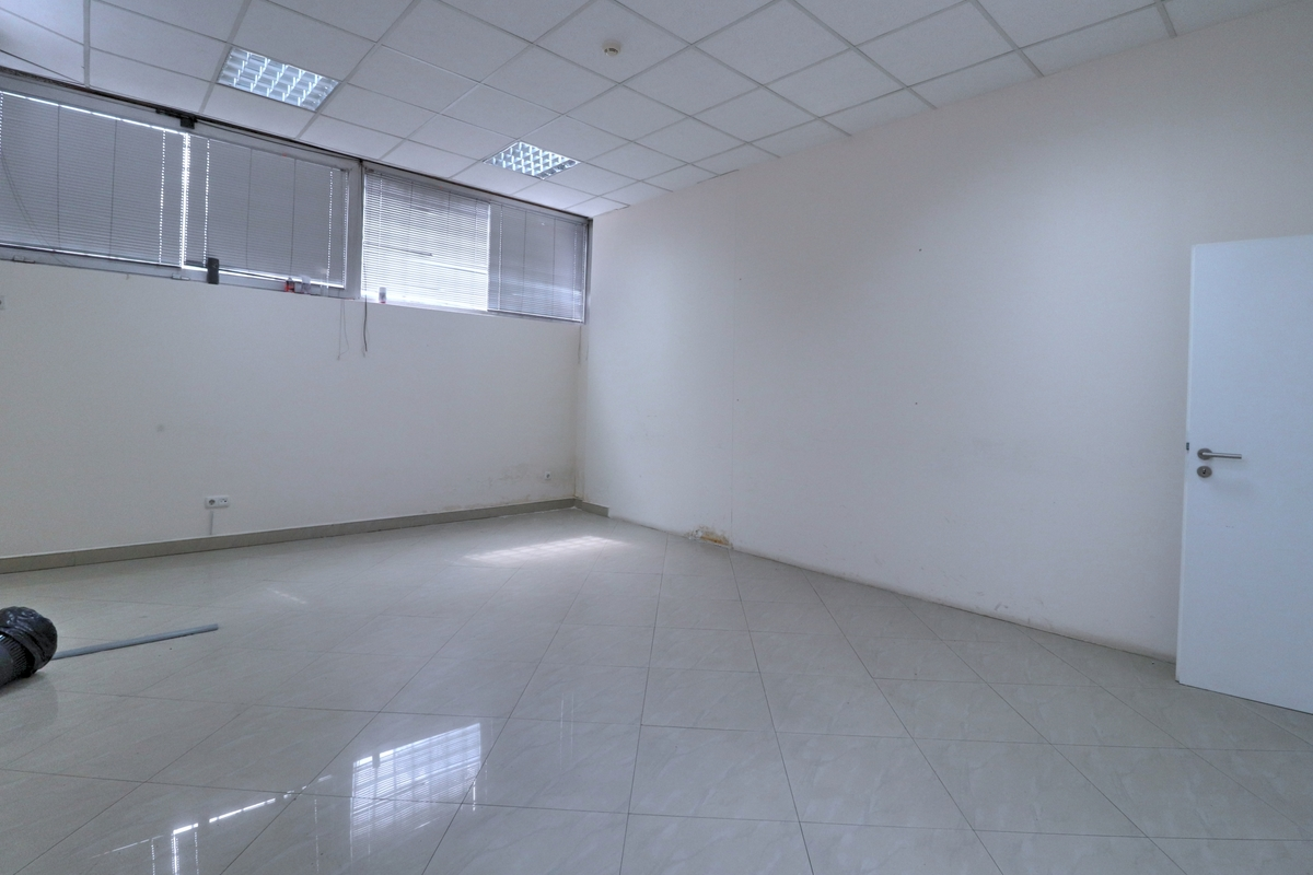 Zyre me qira 330m2 në lagjen Pejton8