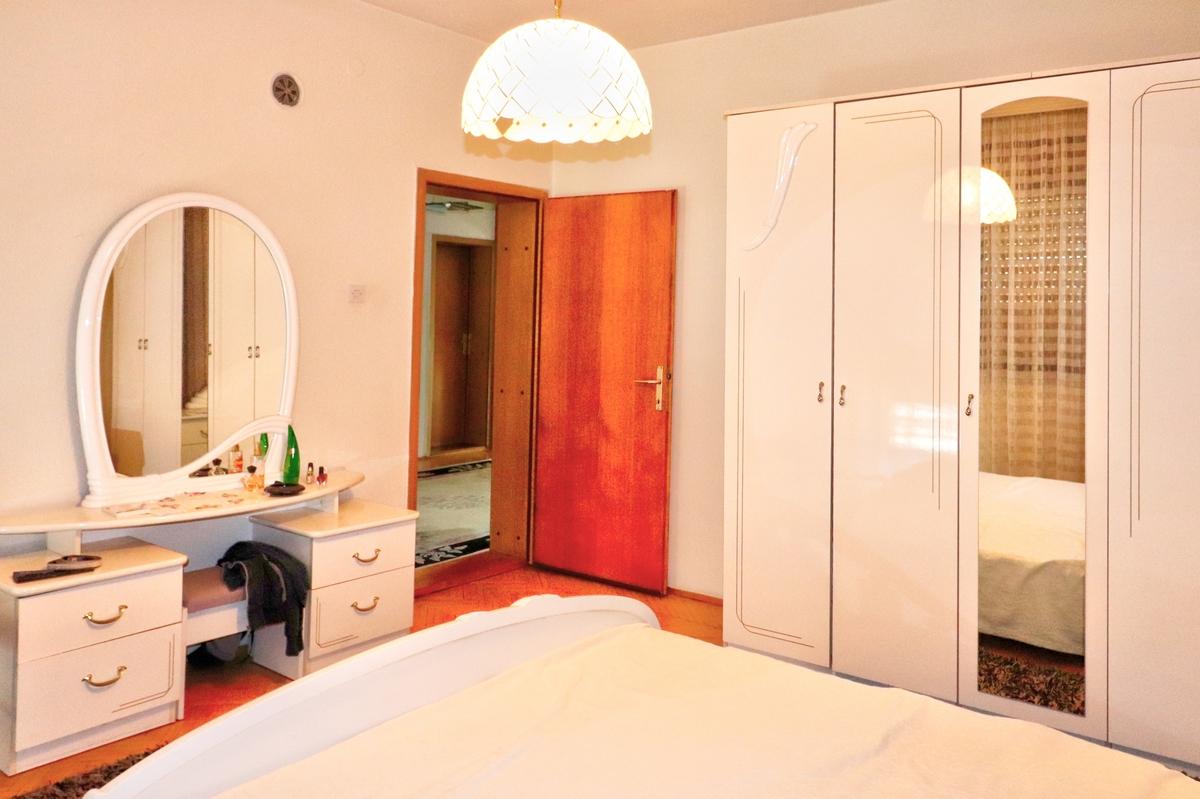 Shtëpi me qira me 4 dhoma gjumi ne lagjen Arbëria3