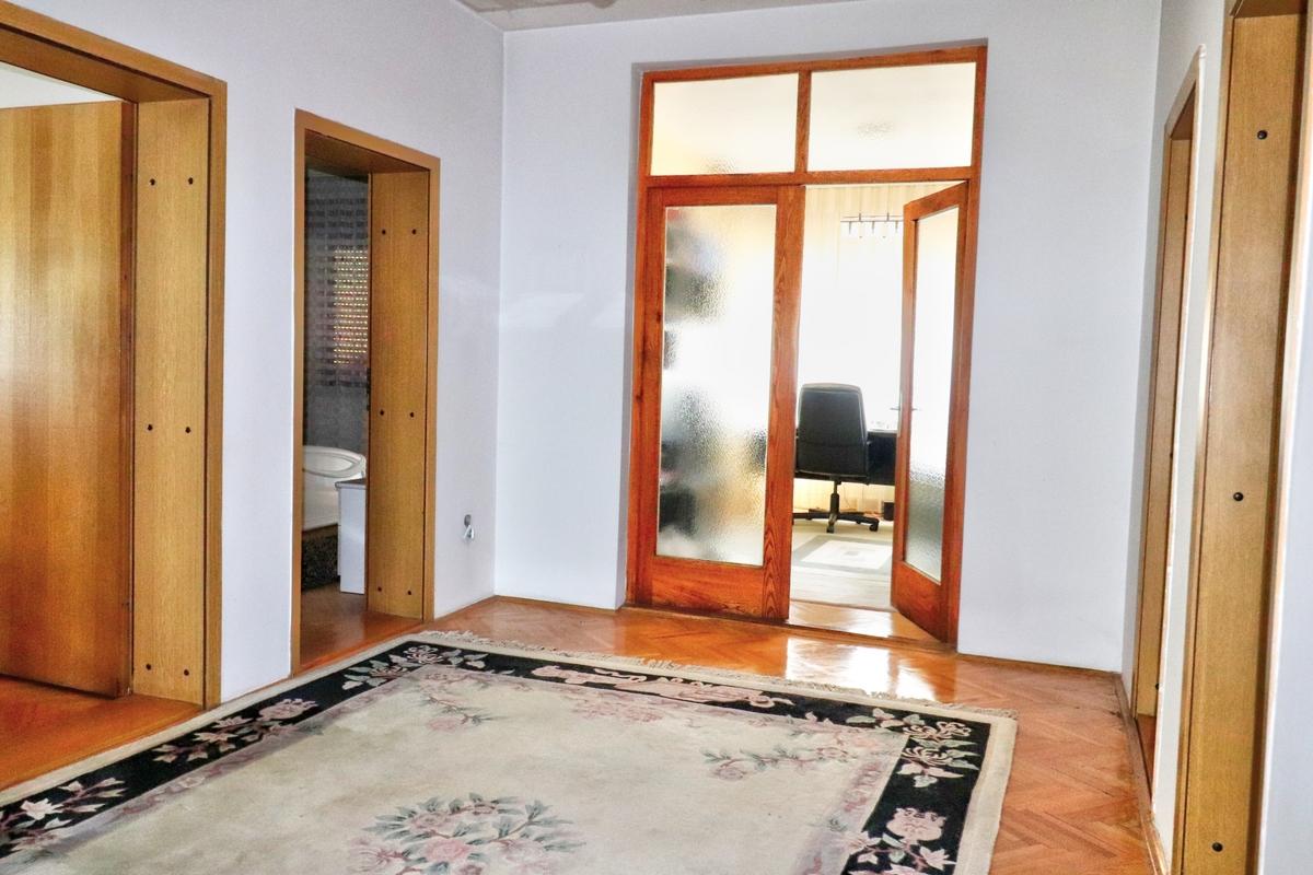 Shtëpi me qira me 4 dhoma gjumi ne lagjen Arbëria7