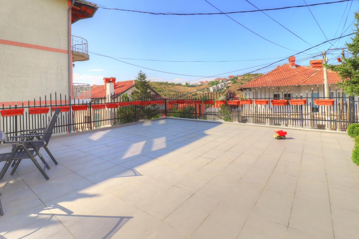 Shtëpi me qira me 5 dhoma gjumi në Taukbashqe12