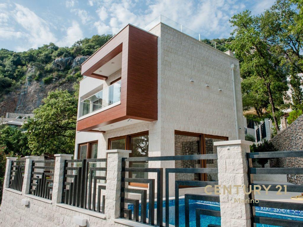 Luksuzna vila sa dva bazena u Peražici Do