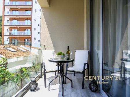 Prodaje se luksuzan jednosoban stan na prvom spratu u Bečićima, novoizgrađen, namješten i blizu plaže!