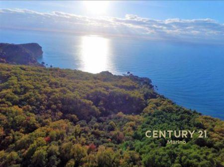Retka prilika! Prodaje se urbanizovano zemljište sa zadivljujućim pogledom na more na ekskluzivnoj lokaciji Sveti Stefan sa ograničenom vremenskom ponudom