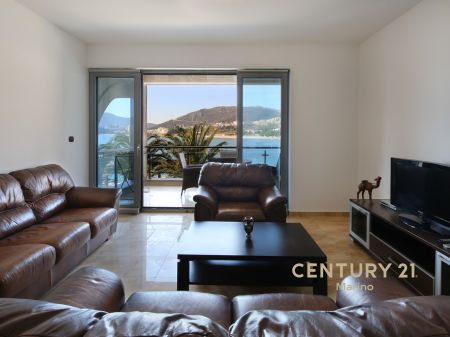 Luksuzan stan na prodaji u Rafailovicima na par metara od mora!