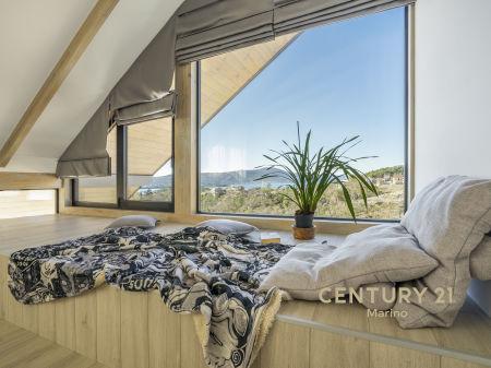 Na prodaju kuća na tri sprata u privatnom dijelu grada Tivta, 2 km od centra!
