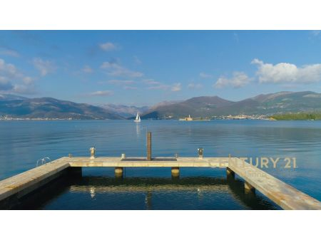 Prodaje se ekskluzivna luksuzna vila sa privatnom plažom preko puta Porto Montenegro!