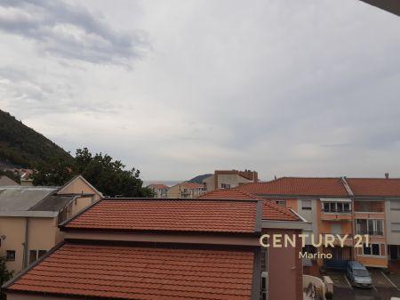 Na prodaju troetažna kuća u Lazima, Budva