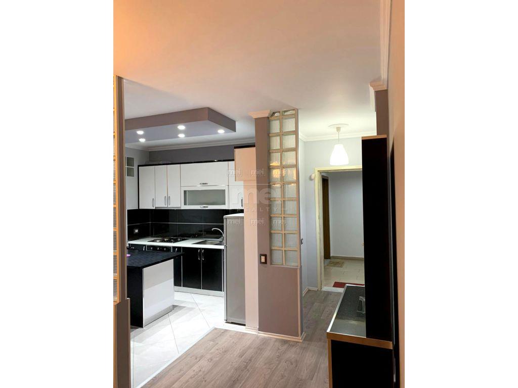 Rruga e Kavajes, Jepet me Qira Apartament 2+1 Super i mobiluar.
