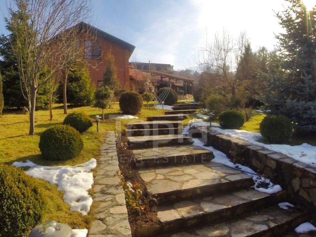 Shtëpi 270m2 me 14.8 Ari truall në shitje në Bërnicë