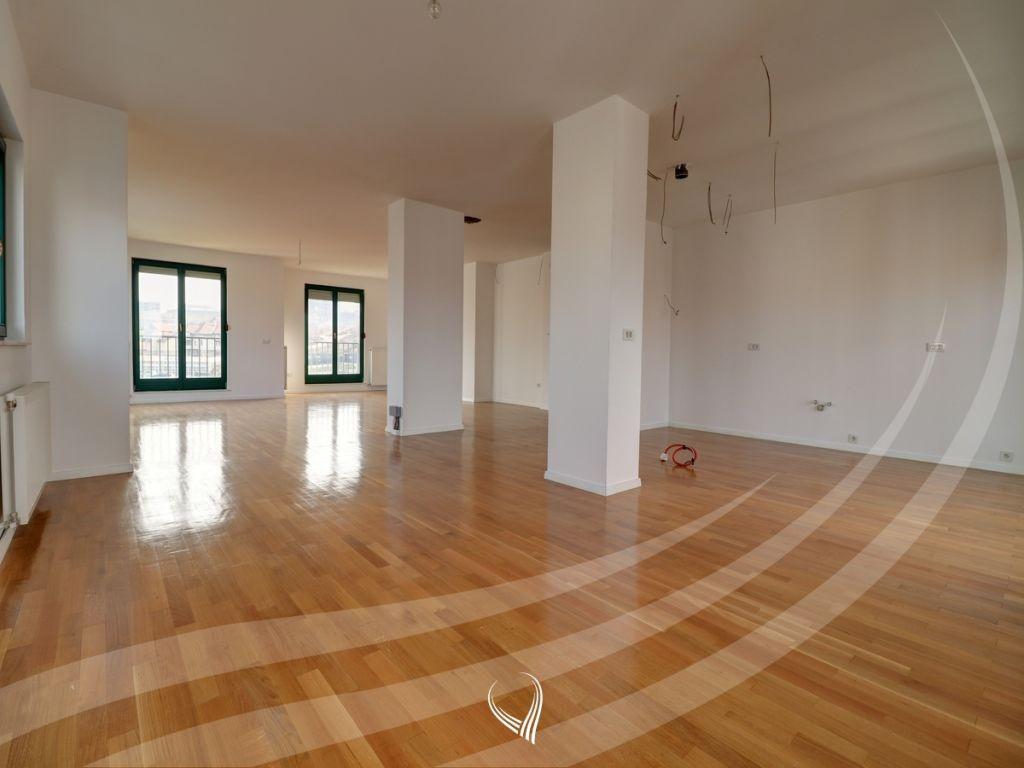 Penthouse 256m2 banim si dhe 460m2 terasë në shitje në lagjen Kalabria