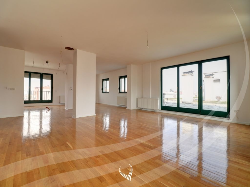 Penthouse 256m2 banim si dhe 460m2 terasë në shitje në lagjen Kalabria1