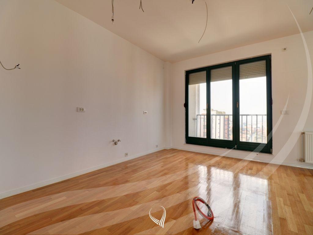 Penthouse 256m2 banim si dhe 460m2 terasë në shitje në lagjen Kalabria2