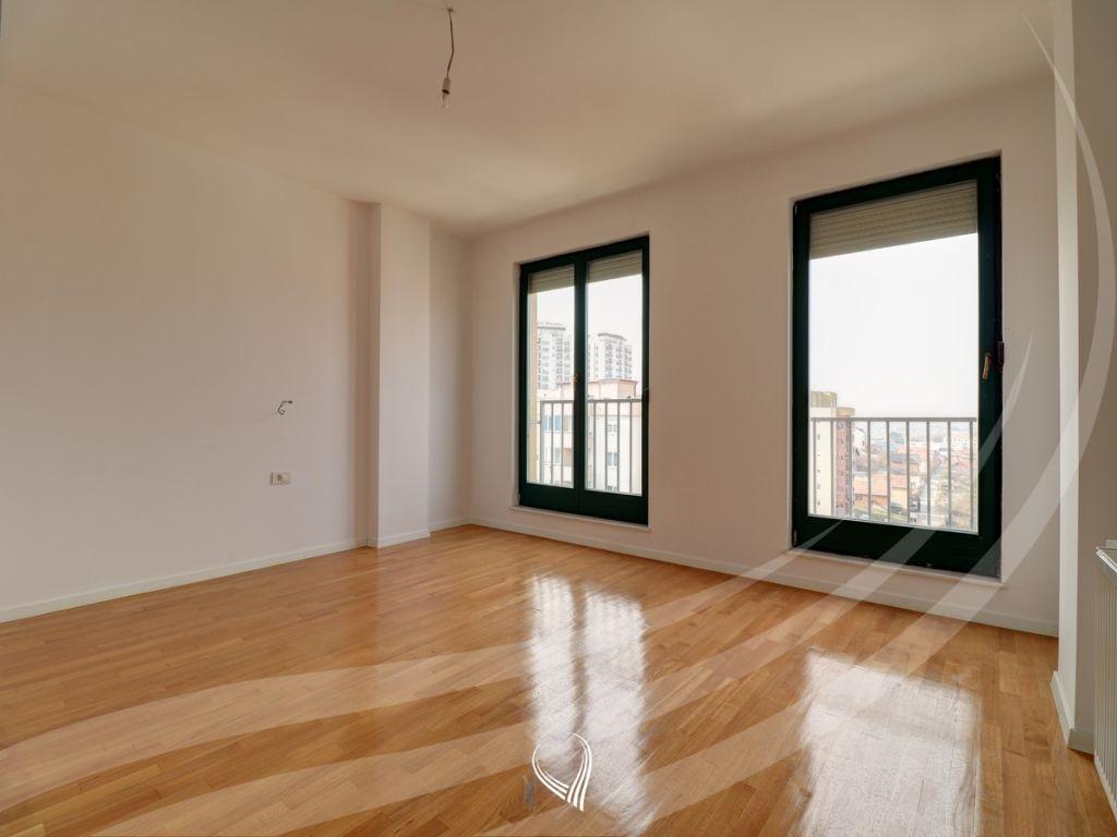 Penthouse 256m2 banim si dhe 460m2 terasë në shitje në lagjen Kalabria3