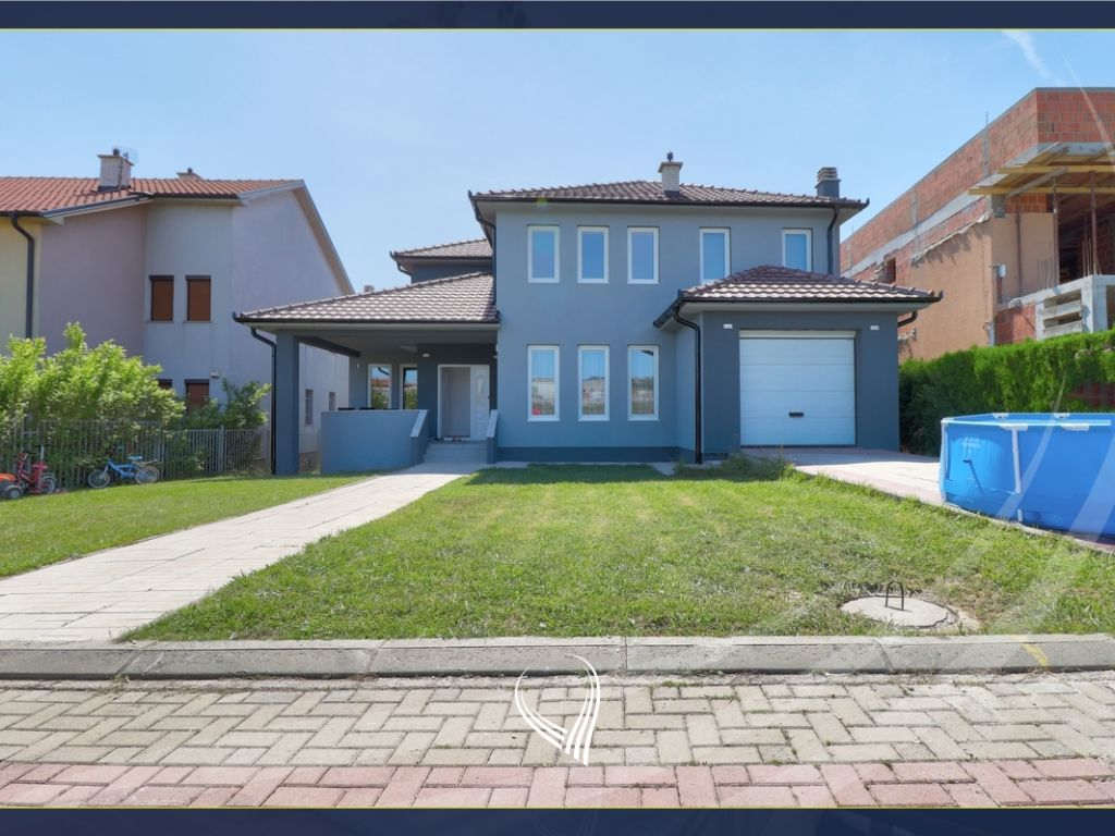 Shtëpi me 4 dhoma gjumi me 285m2 në shitje në lagjen 038