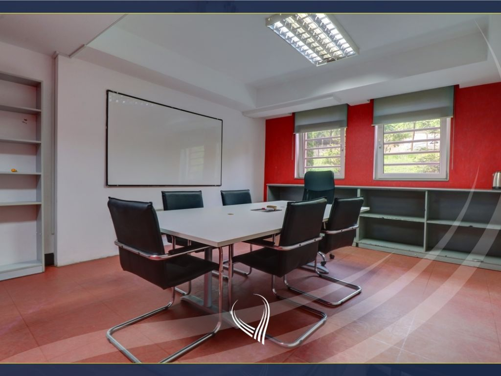 Office with 5 work rooms in the Center