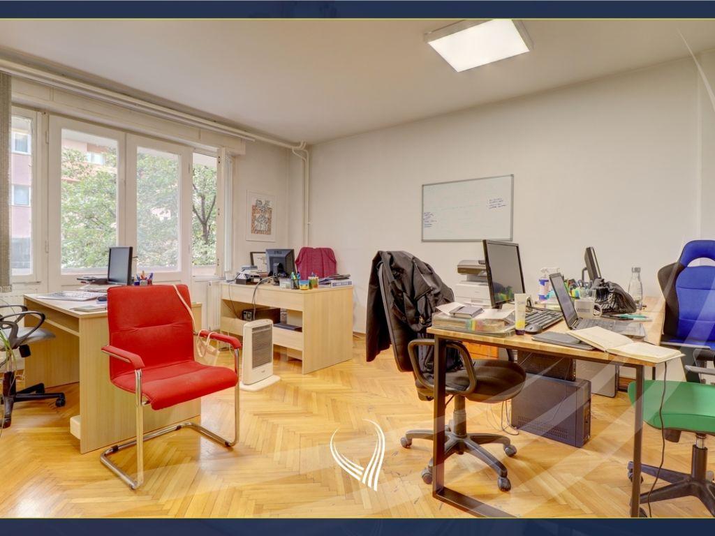 Zyre me 3 dhoma pune me qira në Qendër