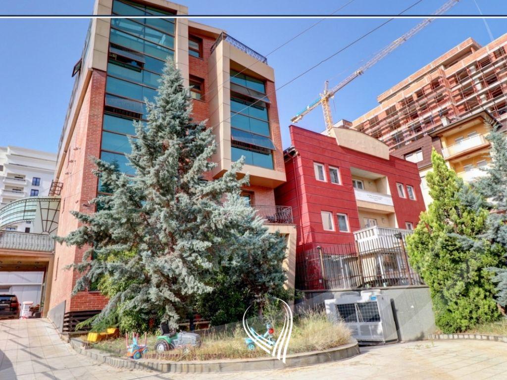 Shtëpi 955m2 në shitje në lagjen Aktash