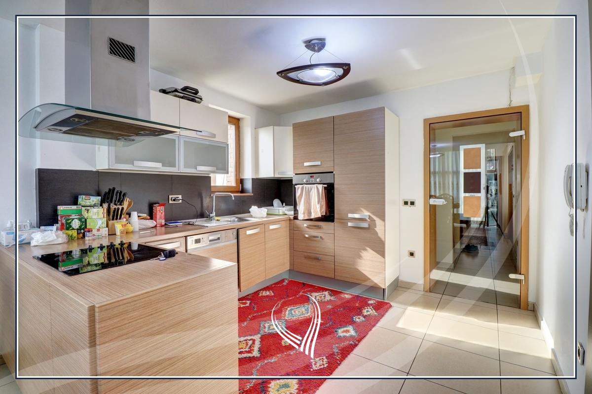 Shtëpi 955m2 në shitje në lagjen Aktash3