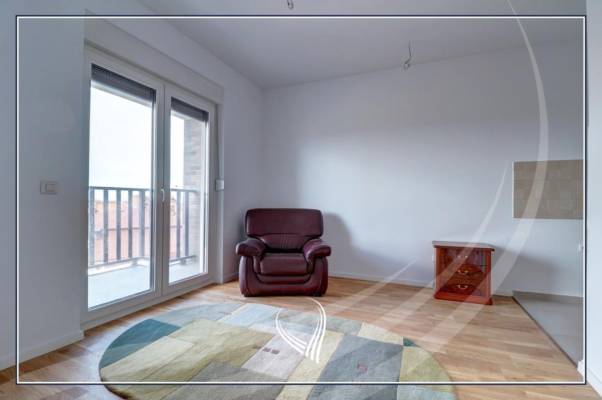 Zyre me 2 dhoma pune me qira në lagjen Bregun e Diellit – Pika Exclusive