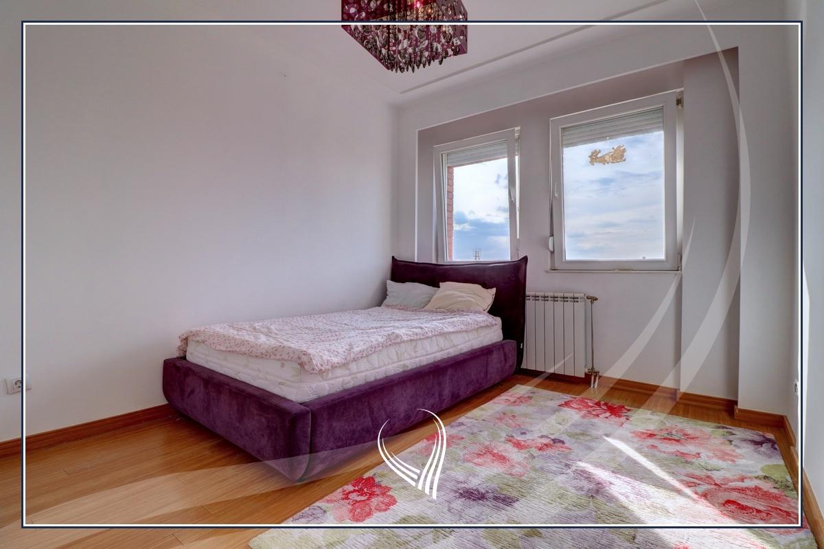 Banesë me 3 dhoma gjumi në shitje në lagjen Mati 1 – Rruga B8